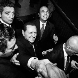 Silvio Berlusconi, accompagnato dal segretario del Popolo della libertà Angelino Alfano, saluta i suoi sostenitori a chiusura del comizio che si è tenuto nel teatro Politeama, a Palermo, febbraio 2013. (Gianni Cipriano)